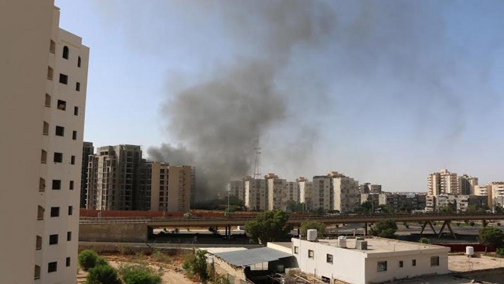 De la fumée s'élevait au dessus de Tripoli après les combats autour de l'aéroport, ce dimanche 13 juillet. REUTERS/ Hani Amara