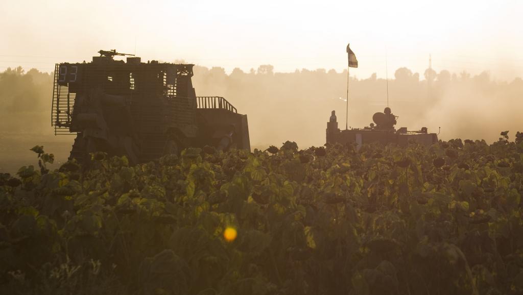 Un convoi militaire israélien manoeuvre à proximité de la bande de Gaza, le 14 juillet 2014. REUTERS/Amir Cohen