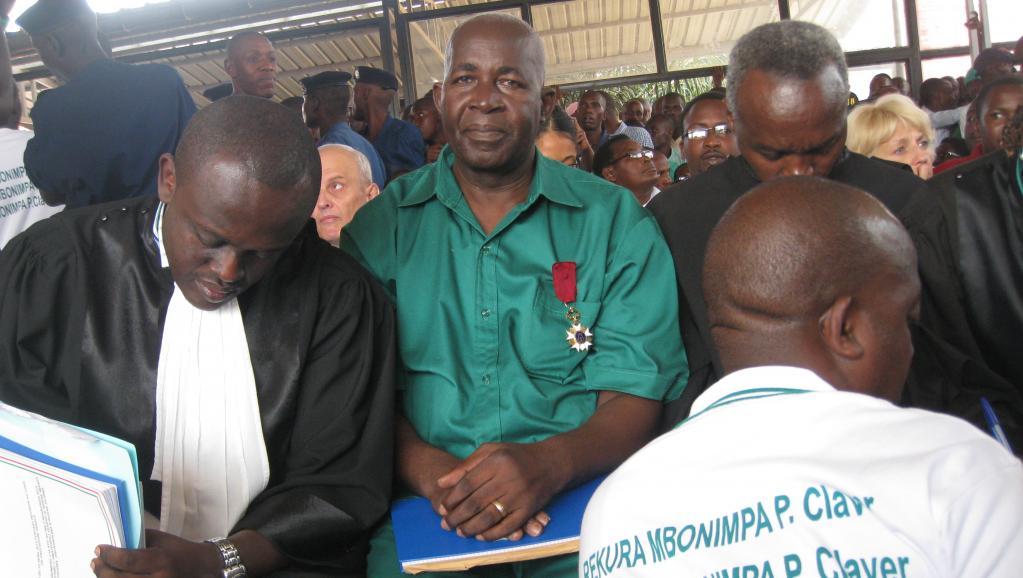 Pierre-Claver Mbonimpa, dans la salle d'audience ce vendredi 4 juillet 2014, en attendant le début de son procès. Il arbore fièrement une décoration reçue des mains du roi des Belges. RFI/Esdras Ndikumana