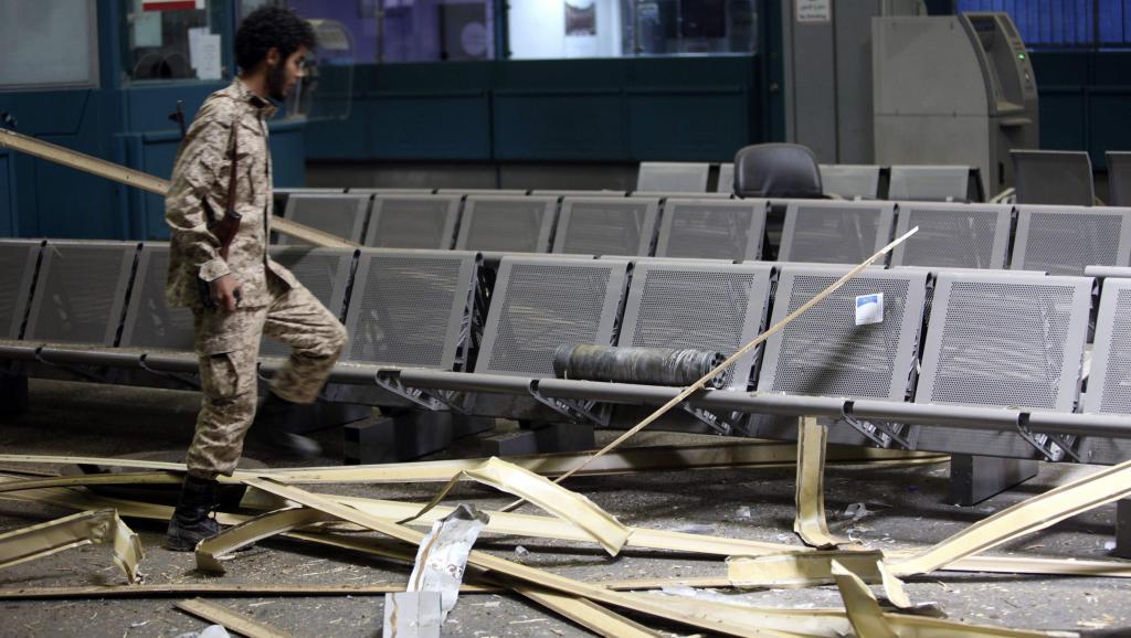 L'intérieur d'un terminal endommagé de l'aéroport de Tripoli après un bombardement, le 17 juillet 2014. REUTERS/Hani Amara