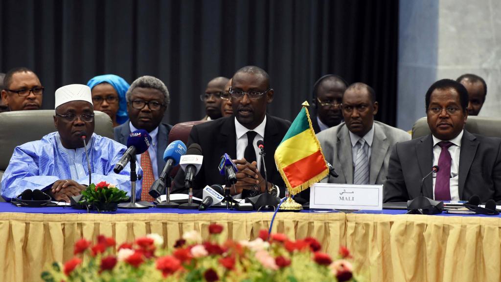 Au centre, le ministre des Affaires étrangères malien, Abdoulaye Diop lors de la première journée de négociation à Alger, le 16 juillet 2014. AFP PHOTO/FAROUK BATICHE