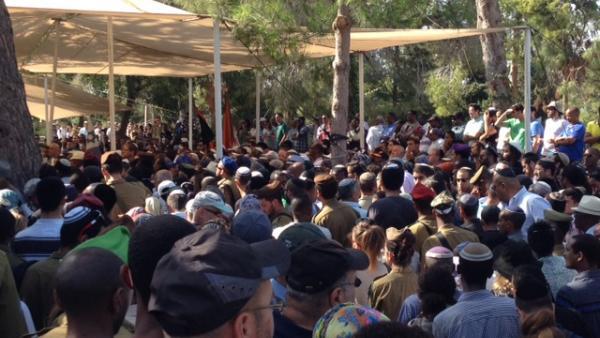 Funérailles du soldat Moshe Malkon, un Falasha (juif d'Ethiopie), au cimetière militaire national du Mont Hertzel à Jérusalem lundi 21 juillet 2014. Il faisait partie des 13 soldats tués dimanche matin à Gaza. RFI/Véronique Gaymard