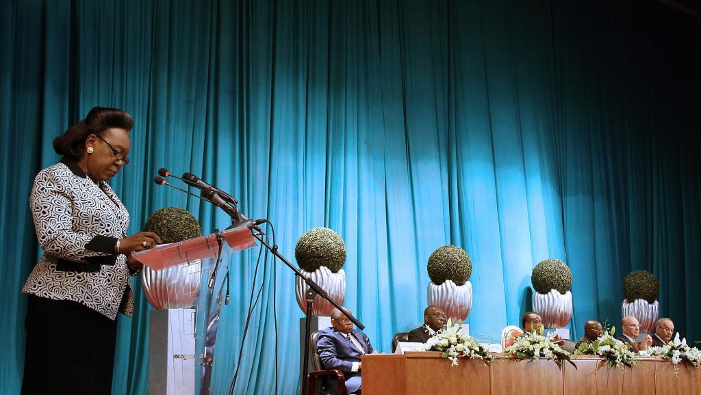 La présidente centrafricaine Catherine Samba Panza à la tribune, lors des négociations de paix à Brazzaville, le 21 juillet 2014. AFP PHOTO/GUY-GERVAIS KITINA
