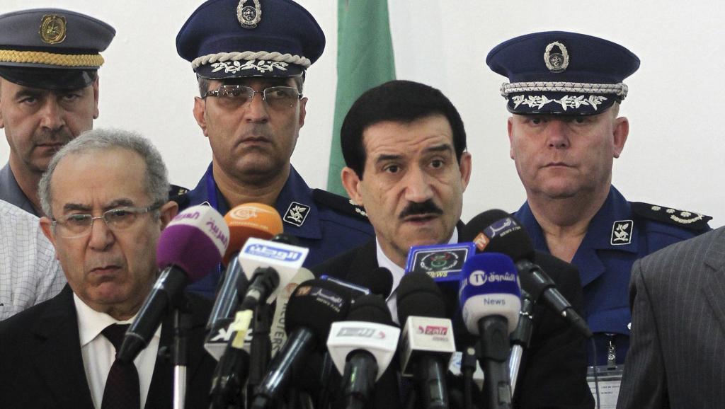 Malgré les quelques allocutions du gouvernement algérien (ici le ministre des Transports Amar Ghoul, vendredi 25 juillet), les internautes algériens reprochent aux autorités de ne pas assez agir après le crash du vol AH 5017.