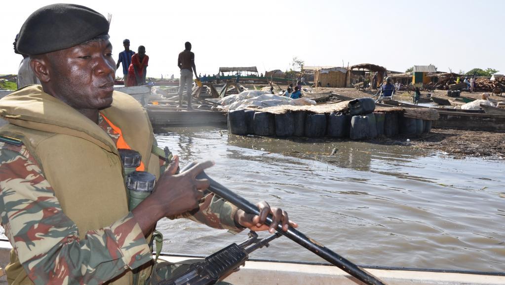 Un soldat camerounais arrive à Darak, à la frontière avec le Nigeria, sur le lac Tchad, le 1er mars 2013, une région où Boko Haram opère. AFP PHOTO / PATRICK FORT