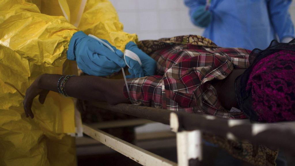 Le personnel médical fait un prélêvement sanguin sur le corps du patient décédé d'Ebola, en Sierra Leone, le 10 juillet dernier. REUTERS/Tommy Trenchard