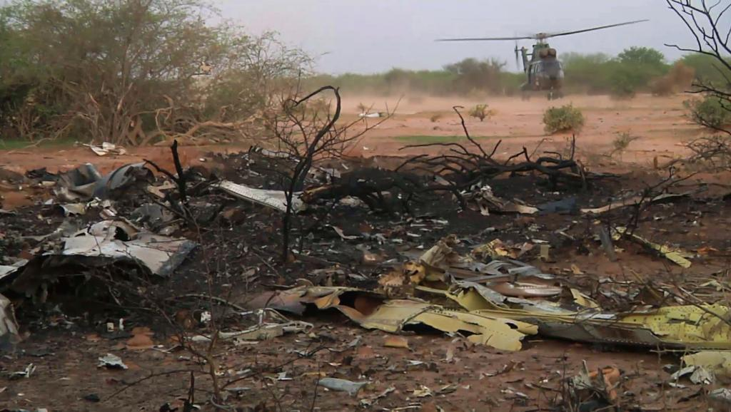 Un hélicoptère de l'armée française se pose à proximité du site du crash du vol Air Algérie, ce vendredi 25 juillet dans le nord du Mali. REUTERS/ECPAD