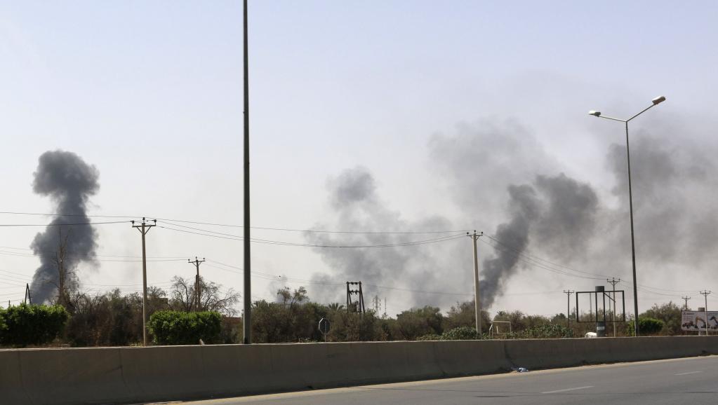 Les fumées des tirs entre milices rivales rivales s'élèvent le long de la route de l'aéroport de Tripoli, en Libye, ce vendredi 25 juillet 2014, la veille de l'évacuation de l'ambassade des Etats-Unis, située non loin de là. REUTERS/Hani Amara