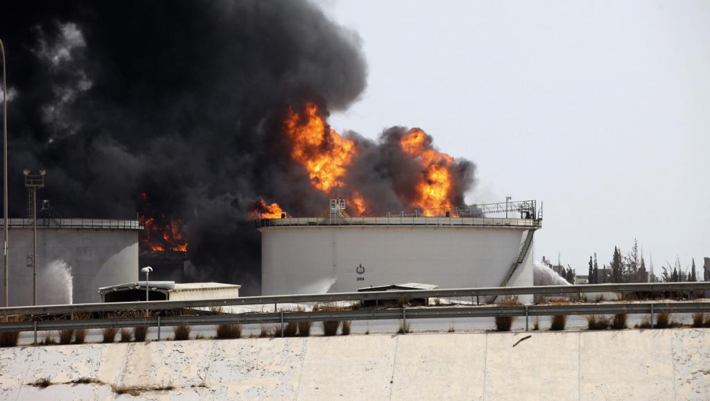 Dépôt de carburant brûlant près de la route de l'aéroport de Tripoli, en Libye, le 29 juillet 2014. REUTERS/Hani Amara