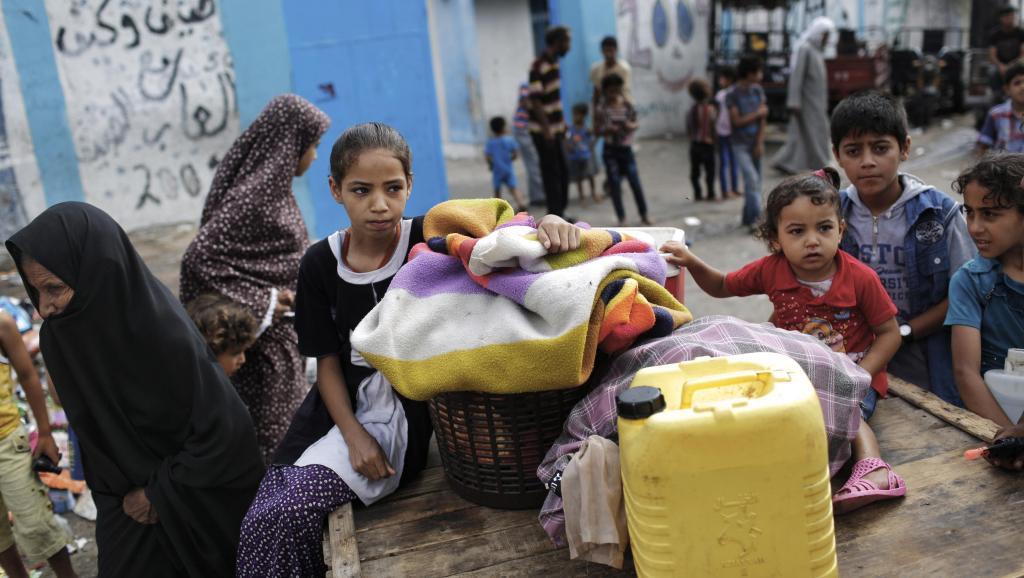 Des déplacés gazaouis dans une école des Nations-unies, danbs l'enclave palestinienne, le mardi 29 juillet. REUTERS/Finbarr O'Reilly