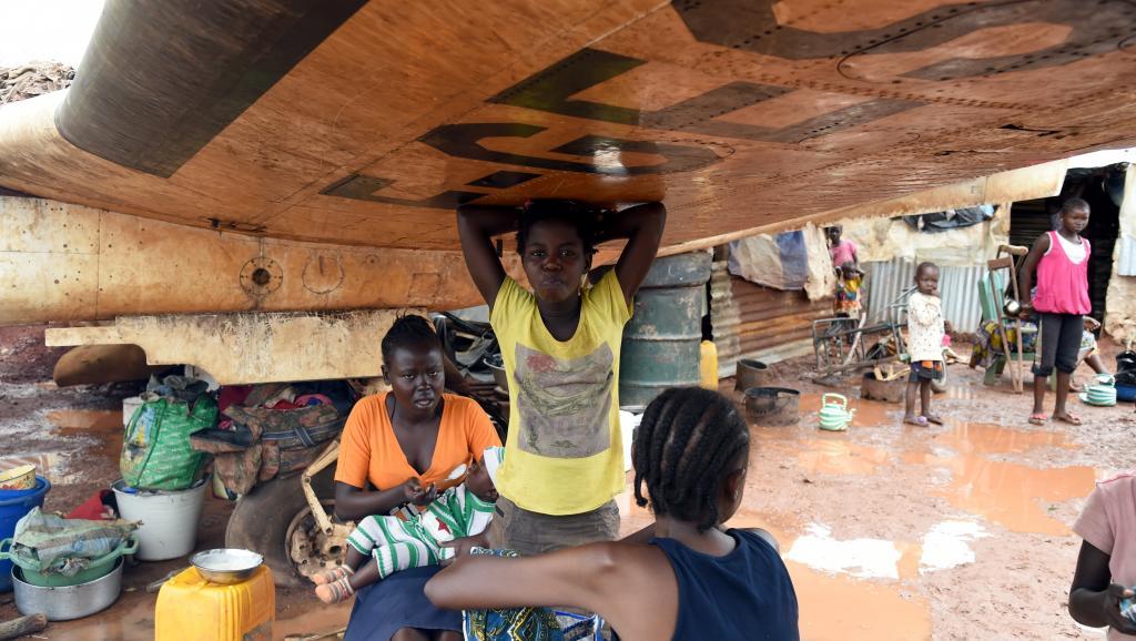 Avec la saison des pluies, les déplacés du camp de Mpoko, en RCA, doivent faire face aux maladies AFP PHOTO / ISSOUF SANOGO