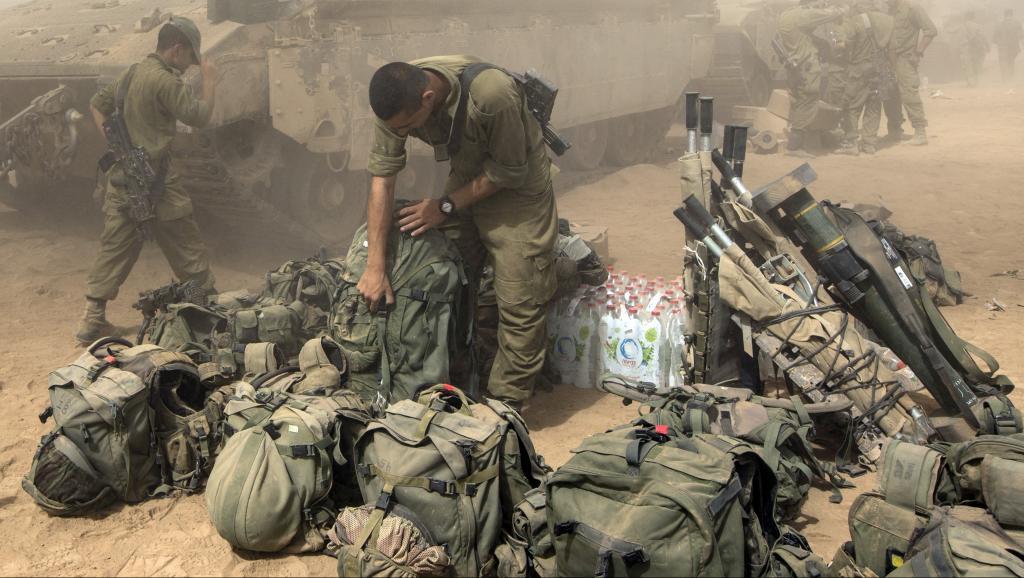 Un soldat de Tsahal prépare son équipement à la frontière sud avec Gaza, le 1er août 2014. AFP PHOTO / JACK GUEZ
