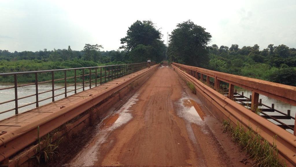 En RCA, le pont de Bambari:d'un côté la zone anti-balaka, de l'autre, la zone Seleka. RFI/DT