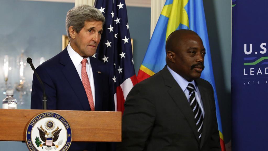 Le secrétaire d'Etat américain John Kerry et Joseph Kabila, lors du sommet Etats-Unis/Afrique, le 4 août 2014. Le même jour, à Kinshasa, l'opposition a demandé le départ du pouvoir de M. Kabila après son retour de Washington. REUTERS/Yuri Gripas