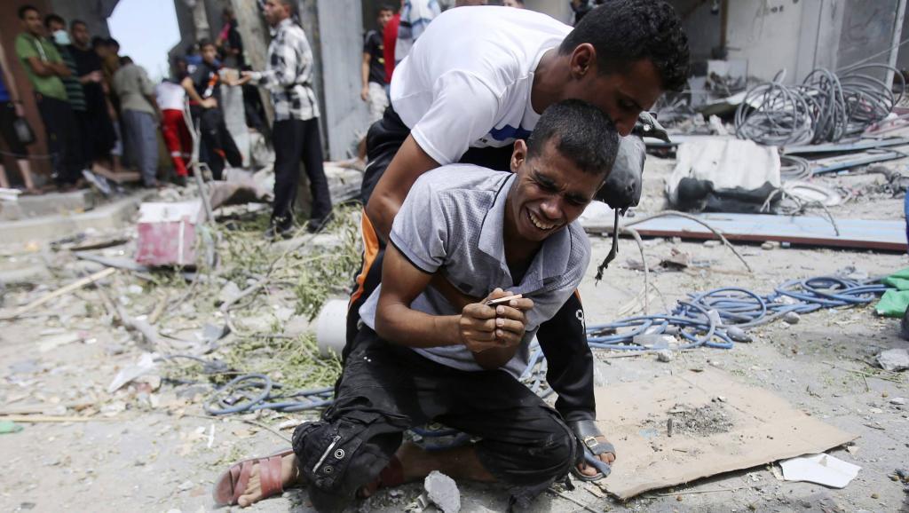 Un Palestinien, à Rafah, après la découverte du corps de sa mère dans les décombres d'une maison détruite par un bombardement israélien, le lundi 4 août. REUTERS/Ibraheem Abu Mustafa