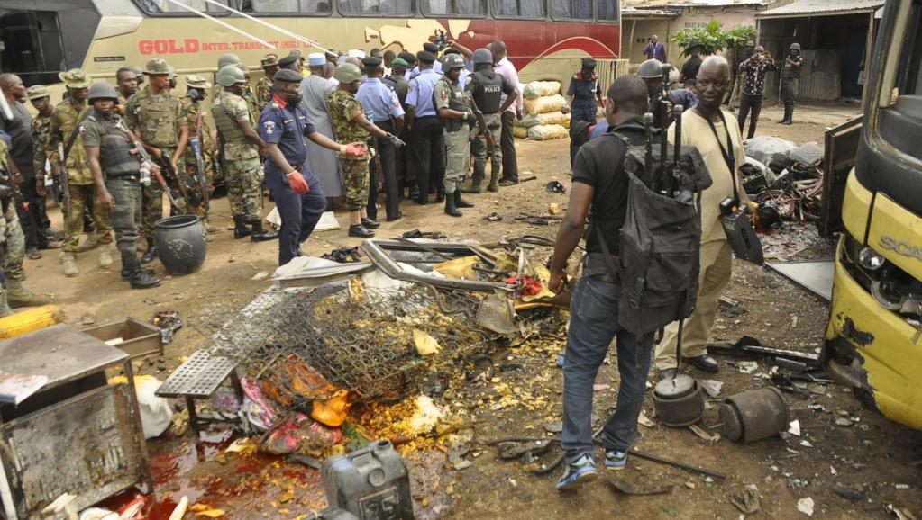 Sur le site d'un attentat à la bombe qui a fait une victime, le 24 juillet à Kano, dans le nord du Nigeria, ciblée par une nouvelle vague d'attaques attribuées à Boko Haram ce dimanche 27 juillet.