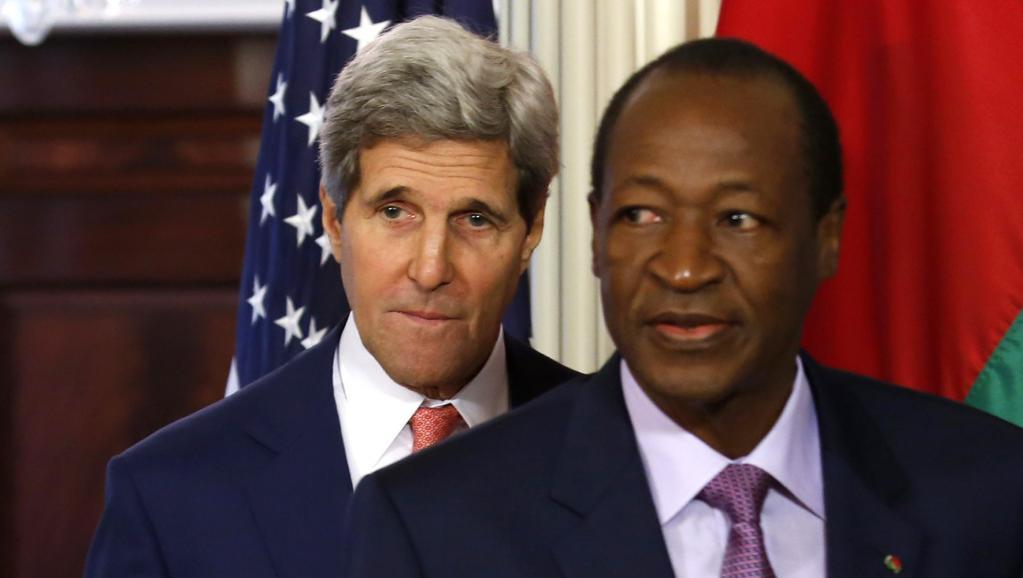 Blaise Compaoré, président du Burkinba Faso, aux côtés de John Kerry, secrétaire d'Etat américain, le 4 août à Washington. REUTERS/Yuri Gripas