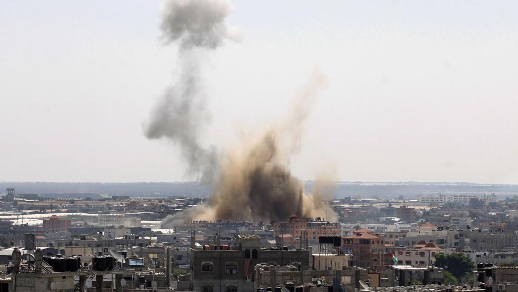 Un énorme nuage de fumée se dégage au dessus de Rafah après le passage d'un avion de l'armée israélienne, le 8 août 2014. AFP PHOTO / SAID KHATIB