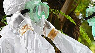 Des médecins se préparaient, le 8 août 2014 à Monrovia, à transporter le corps d'une personne ayant succombé à la fièvre Ebola