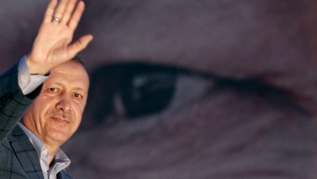 Recep Tayyip Erdogan salue ses partisans, dimanche 10 août, au soir des résultats de l'élection présidentielle.