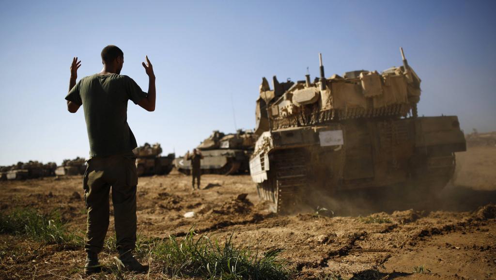 Un tank israélien manoeuvre près de la frontière avec la bande de Gaza. REUTERS/Amir Cohen