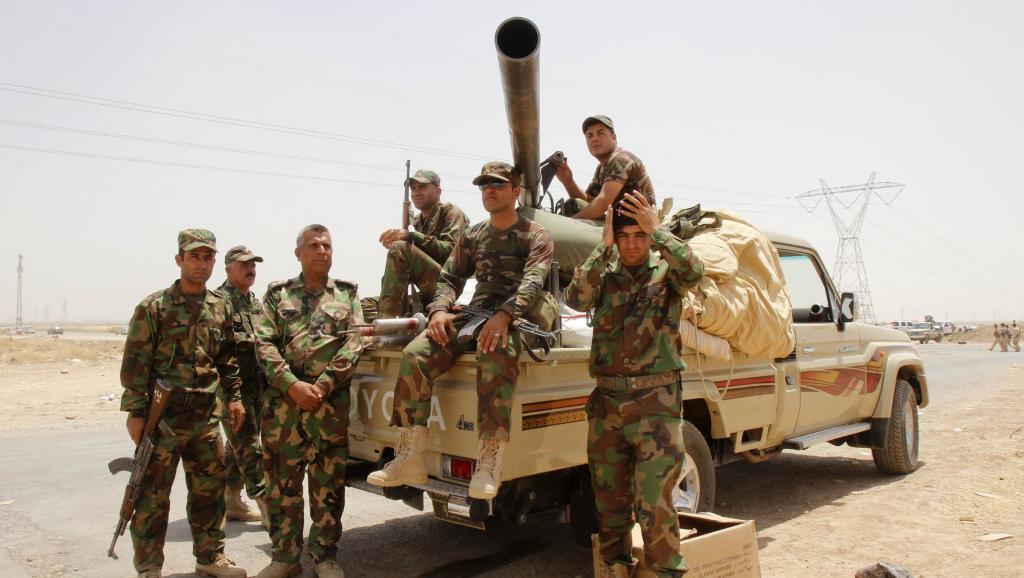 Des membres des forces de sécurité kurdes à la sortie de Kirkouk, mercredi 11 juin 2014. Les peshmergas ont pris le contrôle total de la ville le jeudi 12 juin. Ils devraient recevoir des armes des Etats-Unis dans leurs combats contre l'Etat islamique. REUTERS/Ako Rasheed