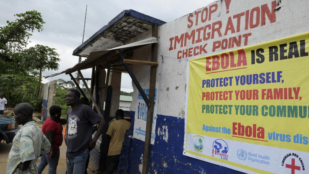 Au Liberia, des soldats surveillent la frontière, le 11 août 2014. REUTERS/Stringer