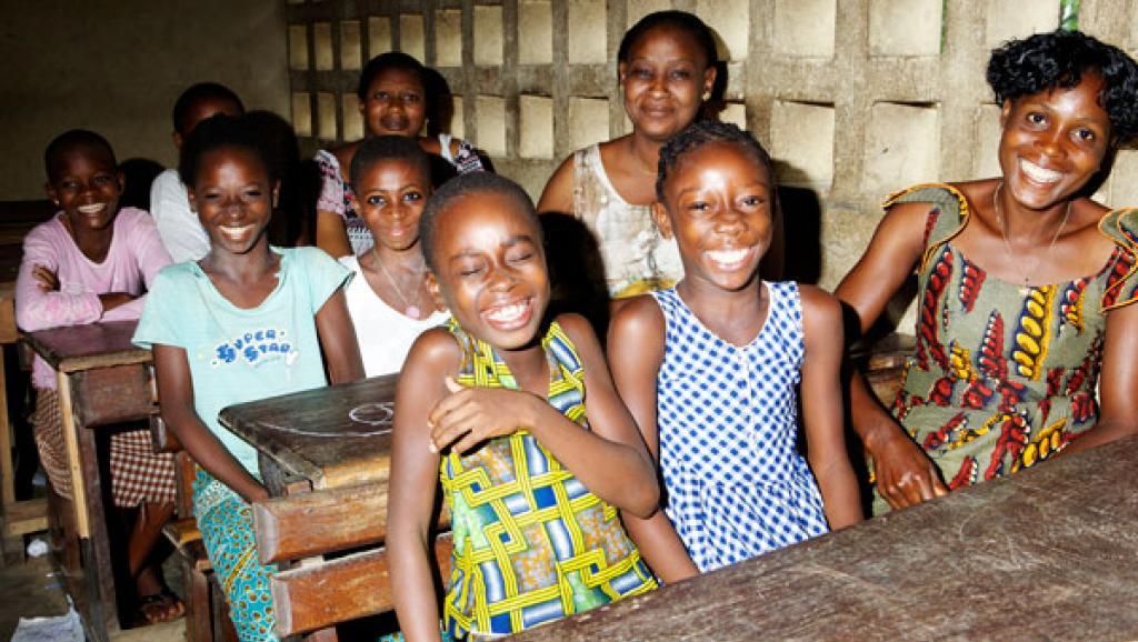 Le rapport de l'Unicef recommande d'investir en faveur des filles et des femmes puisque le taux de fécondité pour une femme qui a eu accès à l'éducation est plus faible.