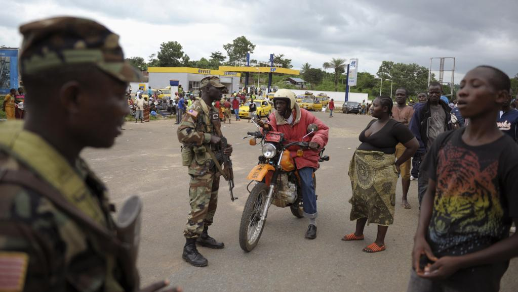 Des soldats libériens, dans le comté de Bomi, le 11 août dernier, isolent les zones les plus touchées par Ebola.