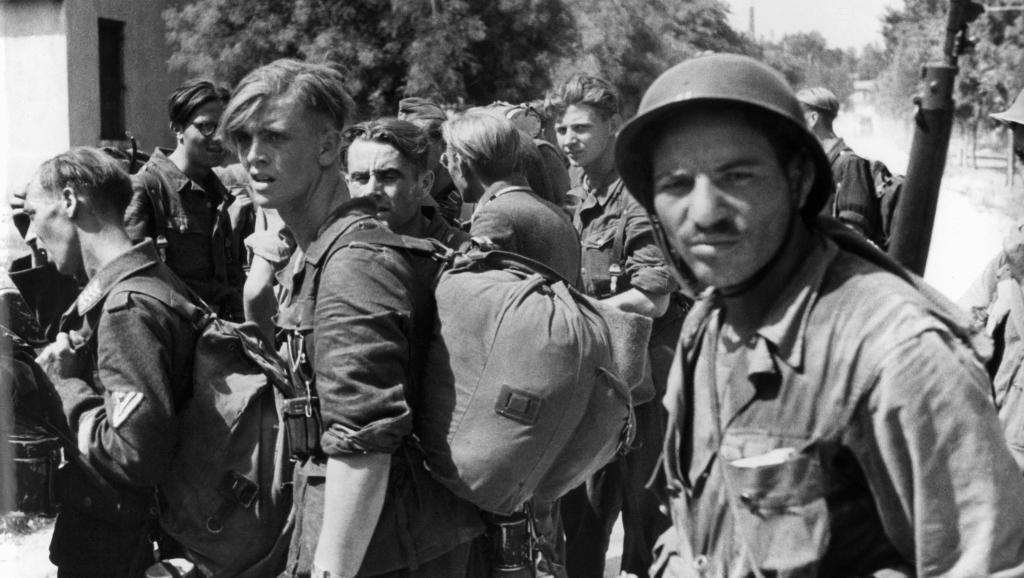 Le 28 août 1944, à Marseille, des prisonniers allemands sous la surveillance de tirailleurs algériens. AFP PHOTO