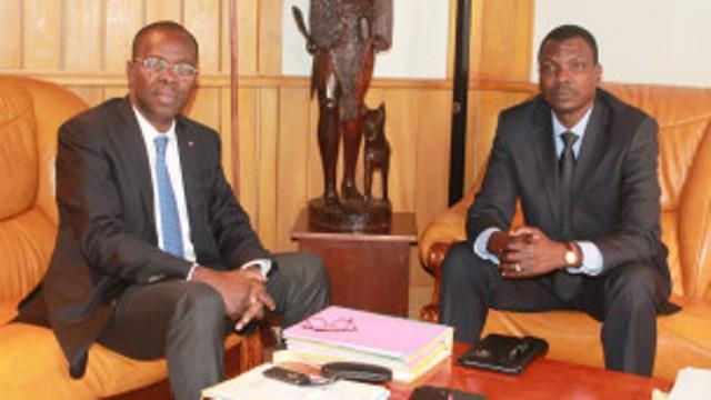 Le nouveau Premier ministre centrafricain Mahamat Kamoun (à droite) doit parfaire le fragile accord de cessez-le-feu entre les protagonistes de la crise dans son pays