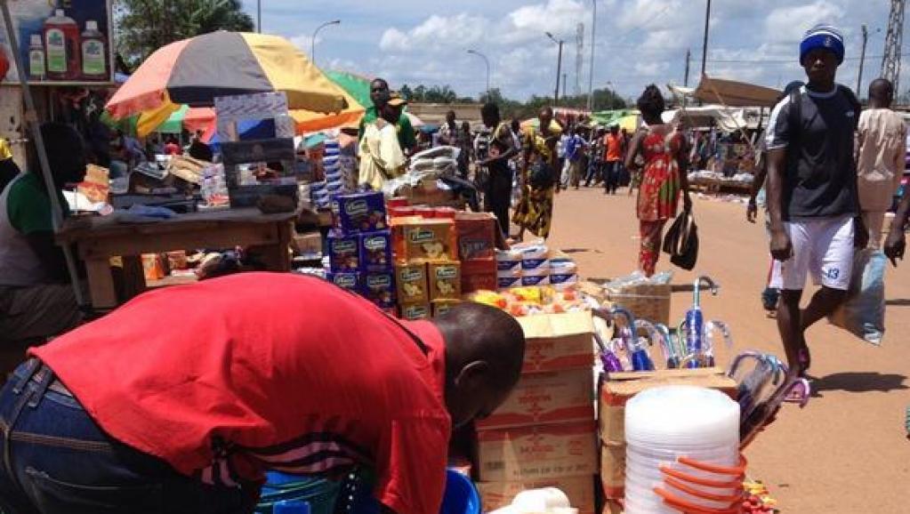 Samedi 16 août, sur le marché du PK5, quartier musulman de Bangui très touché par les violences interreligieuses ces derniers mois, les vendeurs reprennent leurs activités. RFI / David Thomson