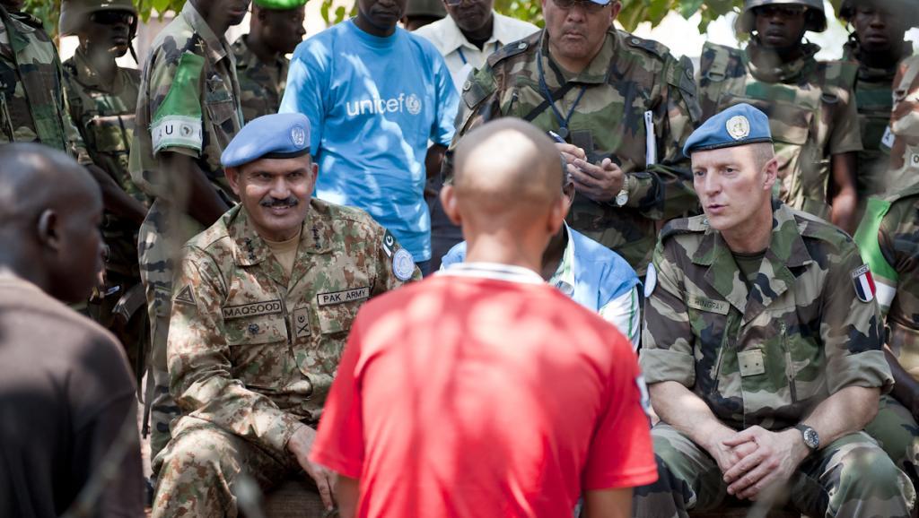 Des généraux casques bleus parlent avec des ex-Seleka à Kaga-Bandoro, le 6 juillet 2014. UN Photo/Catianne Tijerina