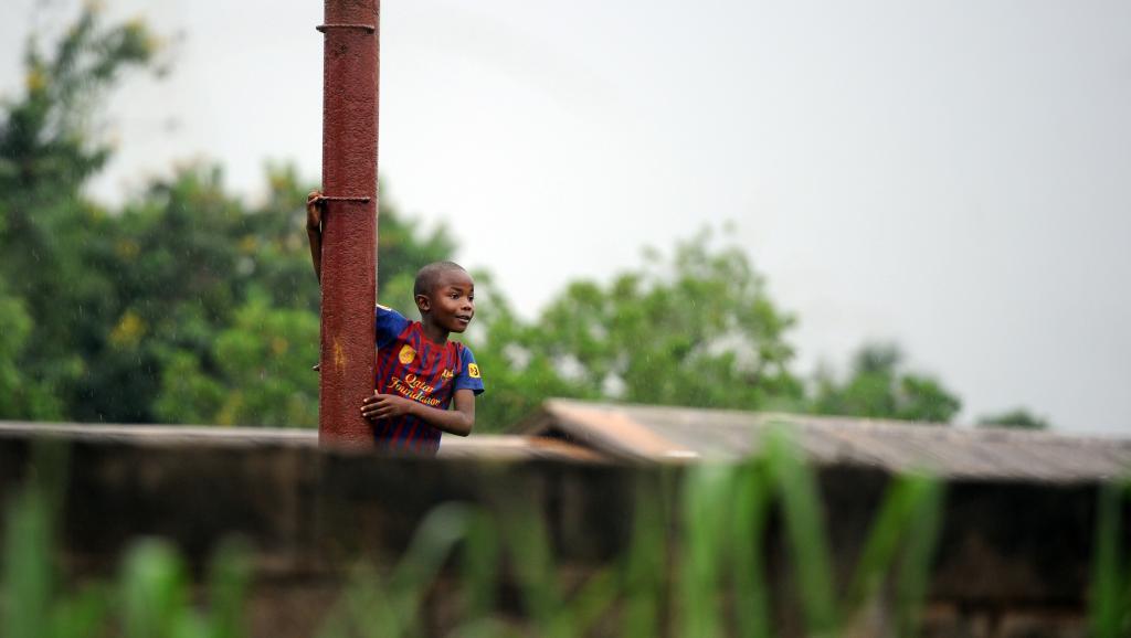 Enfant dans le quartier de l'église Notre-Dame de Fatima, près du centre de Bangui, le 8 juillet 2014. AFP PHOTO / STEPHANE DE SAKUTIN