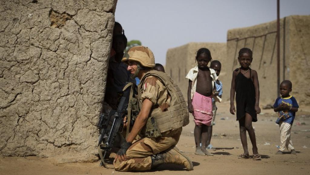 Qu'ils soient civils ou non, les enfants du Mali se retrouvent malgré eux au cœur du conflit armé. Photo: un soldat français à Gao, le 5 avril 2013. AFP PHOTO / JOEL SAGET