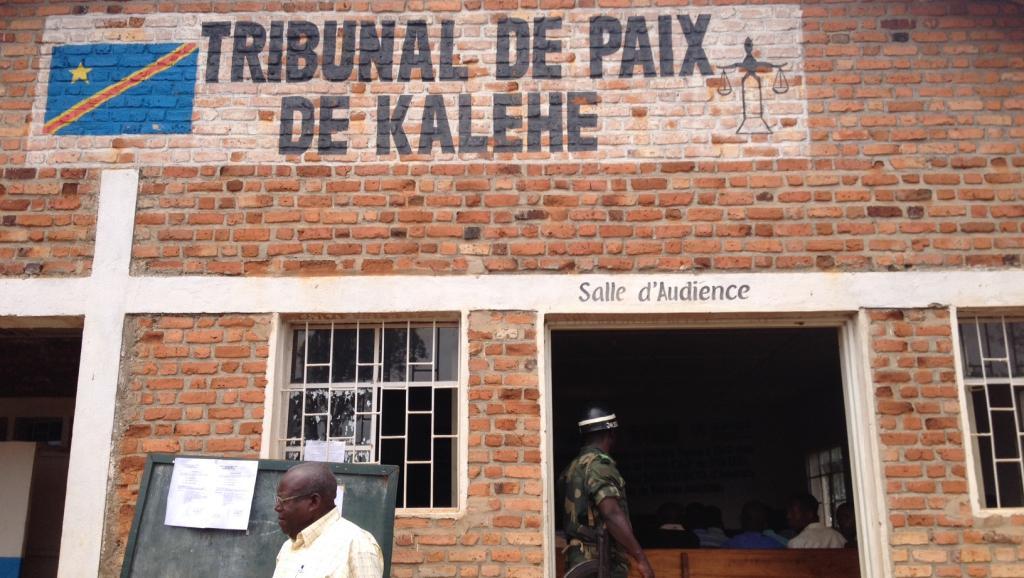 C'est dans le petit village de Kalehe, dans le Sud-Kivu, que se tient le procès longtemps attendu du colonel Bedi Mobuli Engangela, alias 106. Il est accusé de crimes contre l'humanité pour viol, esclavage sexuel, meurtre et pillage. RFI/ Léa-Lisa Westerhoff