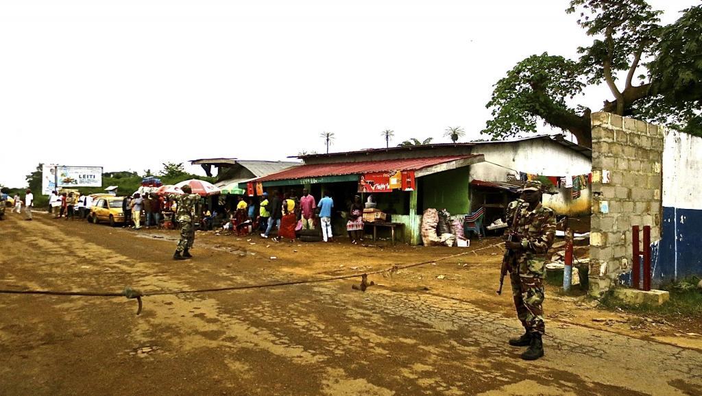 Des soldats libériens à la frontière de leur pays. HEALTH-EBOLA/LIBERIA/ REUTERS/Sabrina Karim/Files