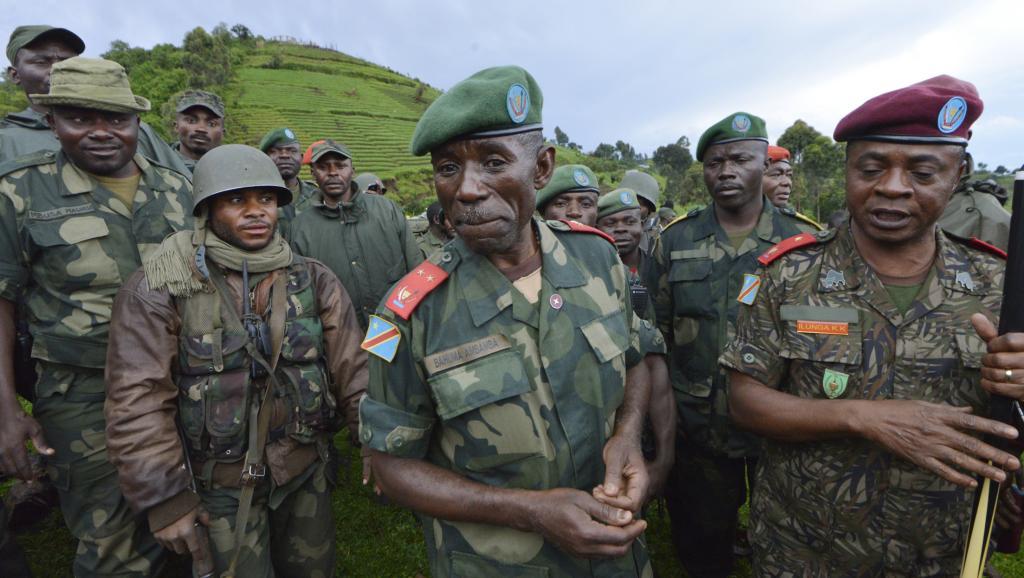 Le général Lucien Bahuma avec ses hommes, près de Chanzu (au Nord-Kivu), en République démocratique du Congo, le 5 novembre 2013. AFP PHOTO / Junior D. Kannah