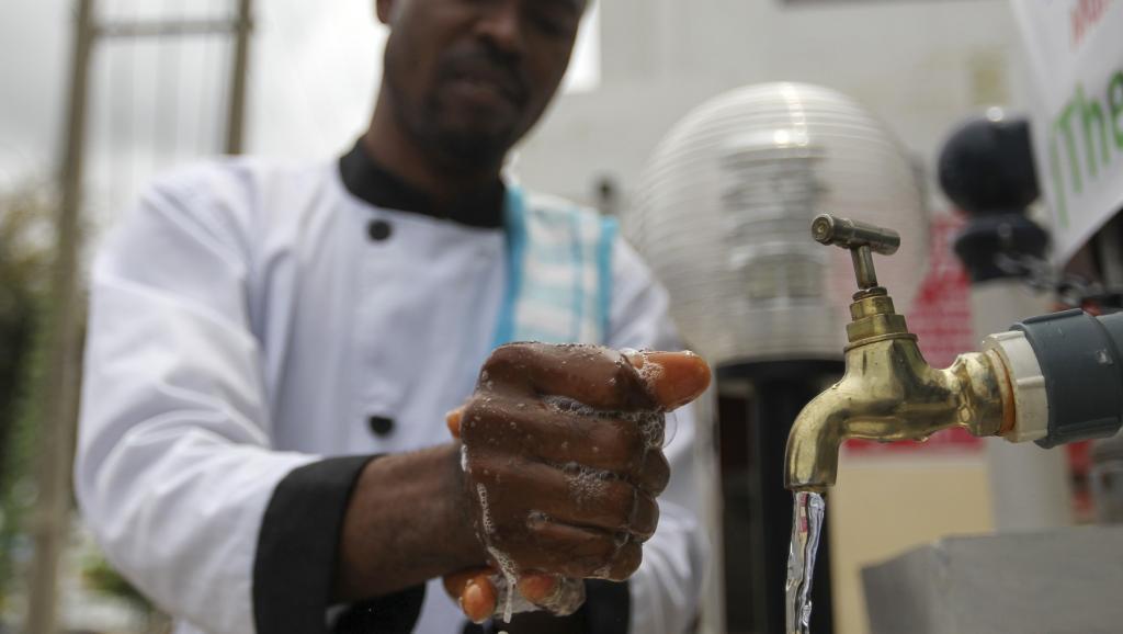 Un employé de pharmacie se lave les mains, à Abuja, au Nigeria, le 1er septembre 2014. Selon l'Organisation mondiale de la santé, 10% des personnes infectées par le virus sont des personnels de santé. REUTERS/Afolabi Sotunde