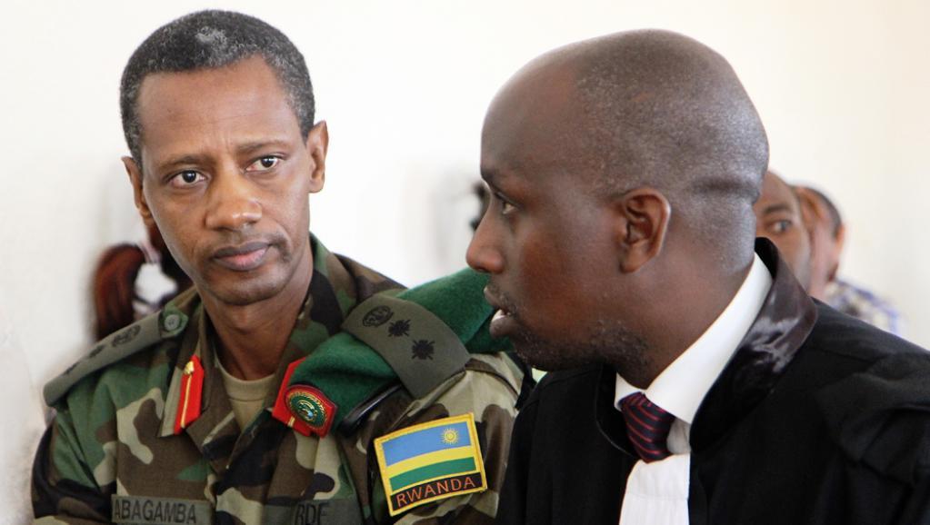 Tom Byabagamba (g), l'un des cadres du FPR arrêtés pour «crime contre la sécurité de l'Etat», le 29 août 2014, en compagnie de son avocat.