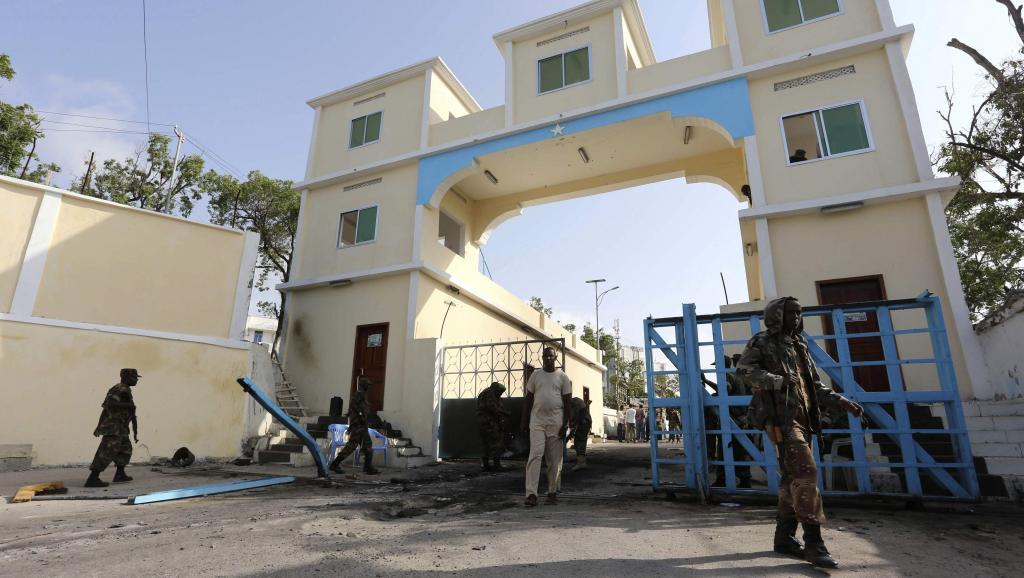 Des soldats somaliens patrouillent devant le palais présidentiel (villa Somalia) au lendemain d'une nouvelle attaque des shebabs. Mogadiscio, Somalie, le 9 juillet 2014. REUTERS/Feisal Omar