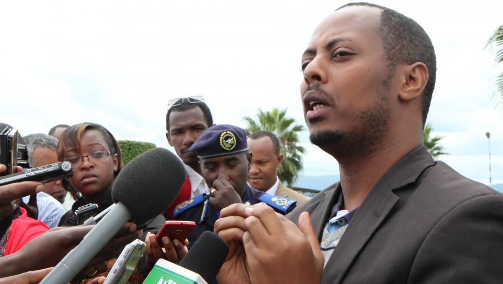 Kizito Mihigo s'adresse aux médias à Kigali, le 15 avril 2014, après l'annonce de son arrestation la veille. AFP / Stéphanie AGLIETTI
