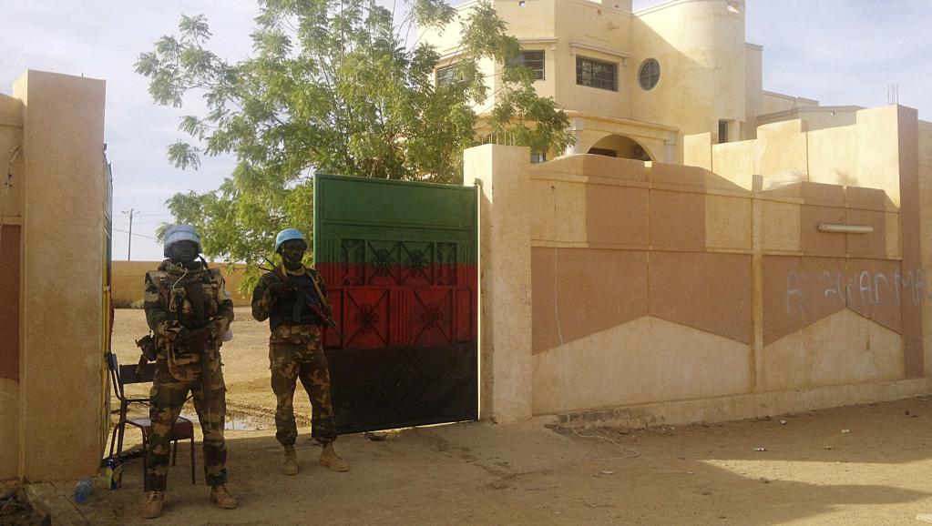 Des soldats de la Minusma montent la garde devant le siège du gouverneur de Kidal, le 15 novembre 2013. REUTERS/Stringer