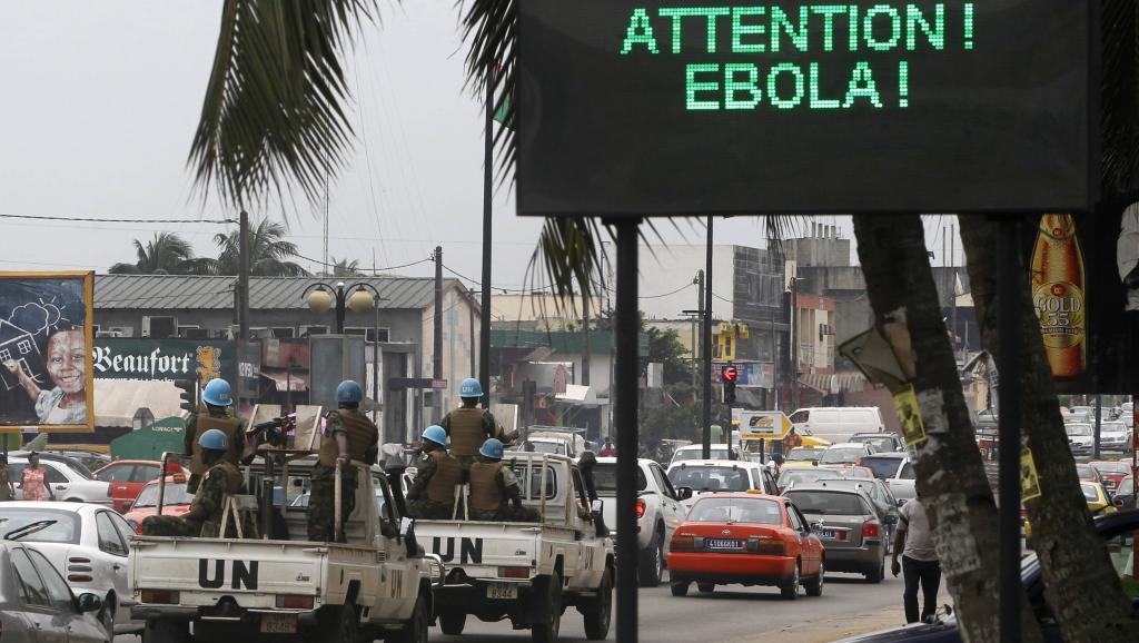 Un panneau de prévention du virus Ebola dans les rues d'Abidjan, en Côte d'Ivoire. REUTERS/Luc Gnago