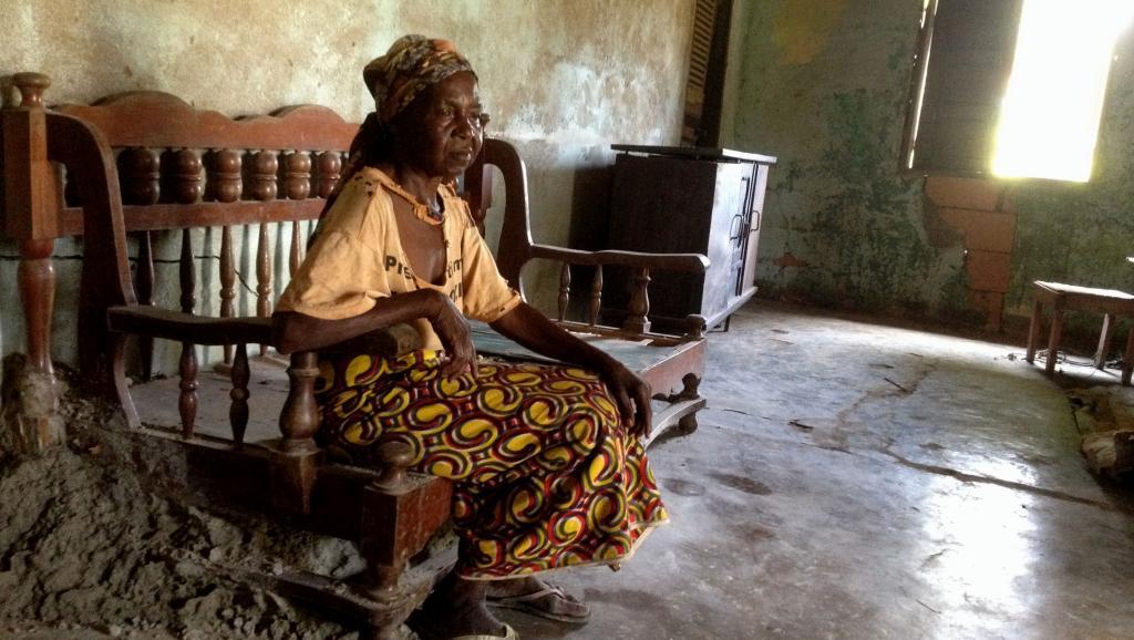 Il reste encore quelques actes de pillage isolés. Cette femme est revenue pour veiller au peu qu'il lui reste, les tôles qui sont toujours sur le toit de la maison. RFI / Laurent Correau