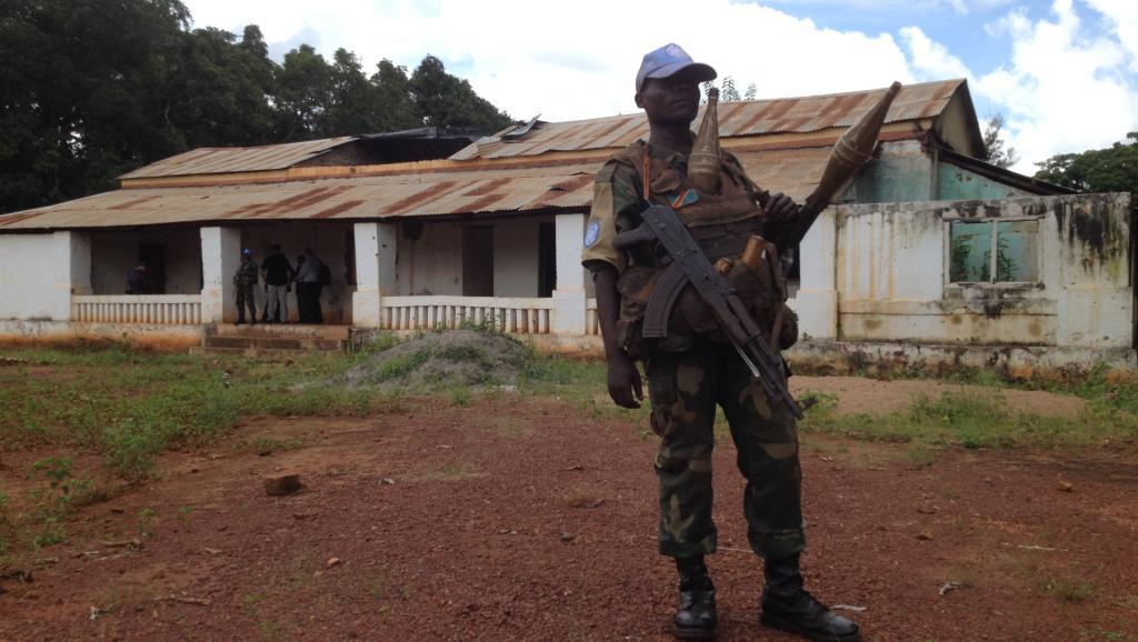 Un soldat congolais de la Minusca monte la garde pendant la rencontre entre l'équipe dirigeante de la mission onusienne et les autorités locales. RFI / Laurent Correau