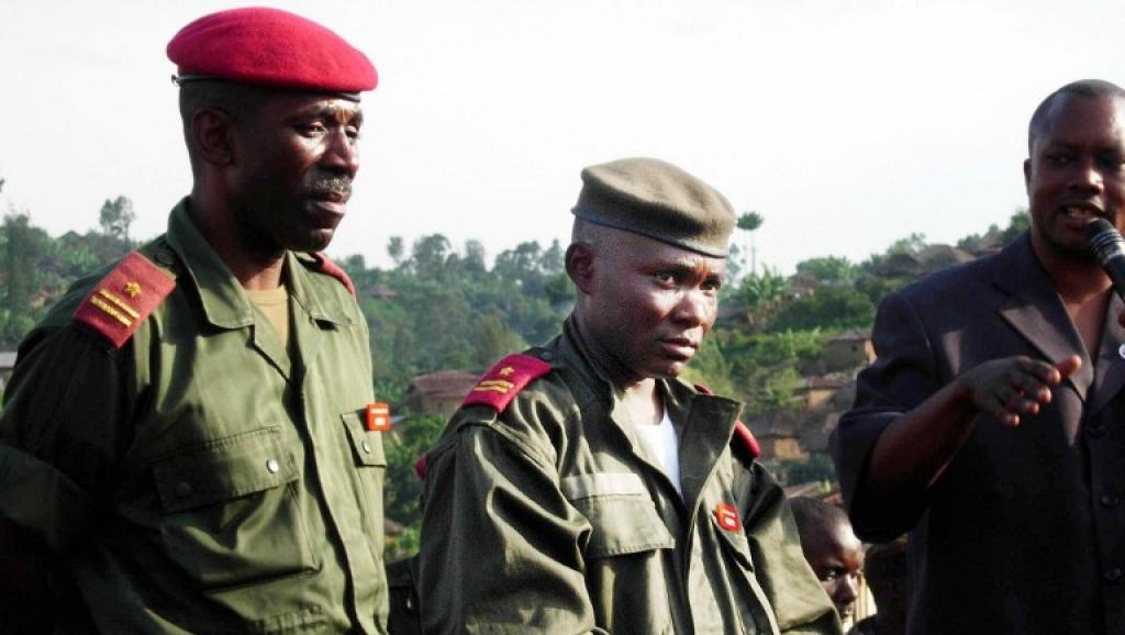 Retour en grâce du général Gabriel Amisi (C), ici en 2004, après qu'il ait été blanchi par le Conseil supérieur de la Défense. AFP PHOTO/HELEN VESPERINI