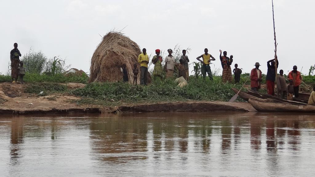 Des habitants se tiennent sur les bordsde la rivière Kagera où plusieurs corps ont été retrouvés. AFP PHOTO/ESDRAS NDIKUMANA