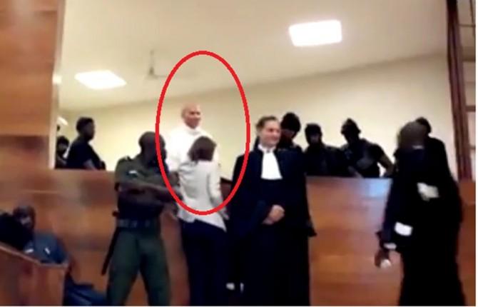 Direct procès Karim: du grabuge à la barre, l'audience suspendue sous les huées