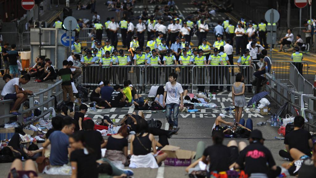 La police encadre les manifestants qui occupent les rues à Hong Kong le 30 septembre 2014. REUTERS/Carlos Barria